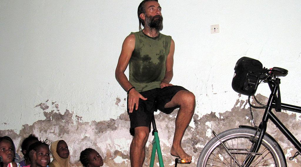 Carmelo, pedaleando para obtener la energía necesaria para la proyección