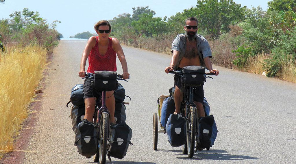 Isabel y Carmelo sobre sus bicicletas
