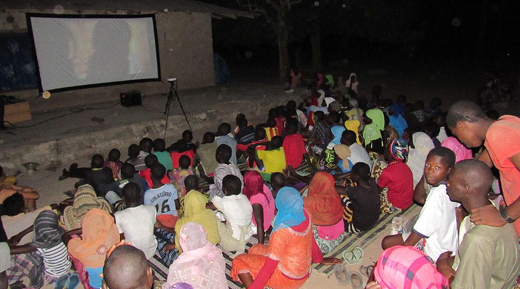 El público de una de las proyecciones en África
