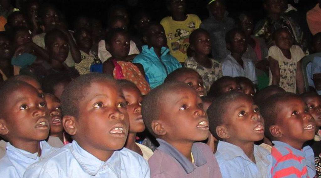 Los niños asisten embobados al espectáculo
