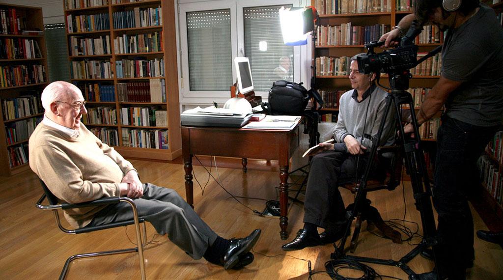 José Luis Borau, hablando de Iván Zulueta con el periodista Juan Zavala