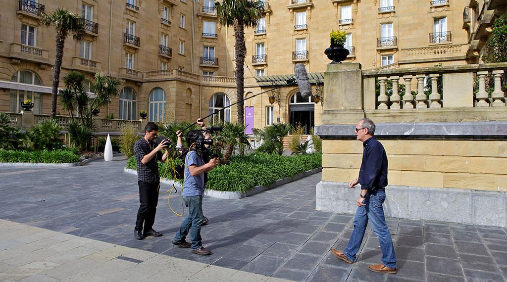 Un momento del rodaje en el exterior del hotel María Cristina